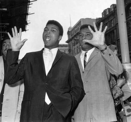 Foto de 1963 mostra os irmãos Muhammad (à dir.) e Rahman Ali; eles nasceram Cassius e Rudolph Clay
