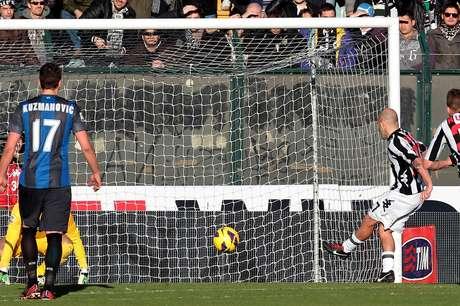 Rosina converte pênalti para marcar terceiro gol na vitória do Siena