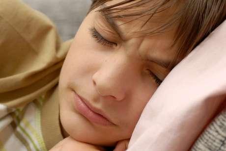 Há pesquisas que registram crianças que rangem os dentes desde os três anos. Normalmente, a mãe ou a pessoa que fica a maior parte do tempo com os pequenos relata que ouve barulho de atrito entre os dentes durante o sono.