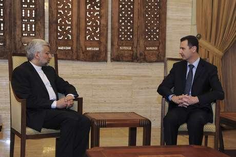 Jalili se encontrou com o presidente sírio Bashar al-Assad (dir.) em Damasco no domingo