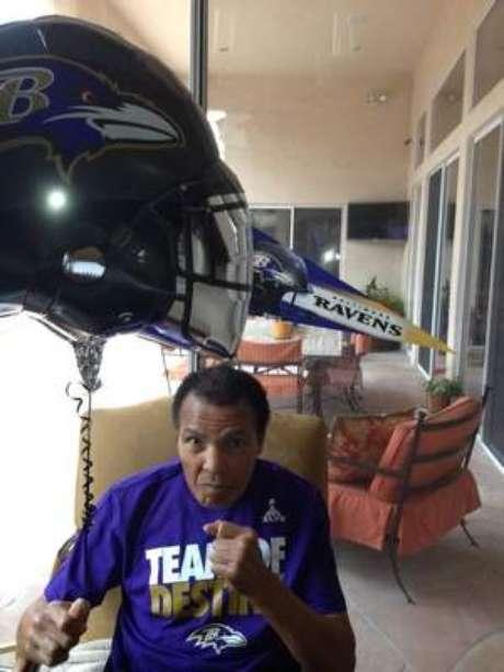 Família de Muhammad Ali publicou foto em que o ex-boxeador aparece torcendo pelo Baltimore Ravens