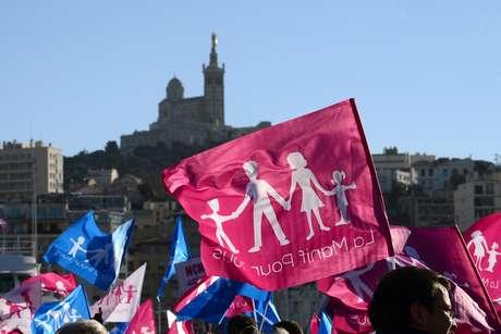 Manifestações contra (como a da foto) e a favor do casamento e da adoção por homossexuais têm sido frequentes no país
