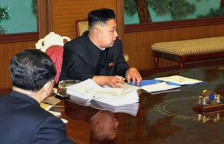 Lider norte-coreano Kim Jong-Un apareceu com um smartphone sobre a mesa e gerou especulações sobre a marca do aparelho