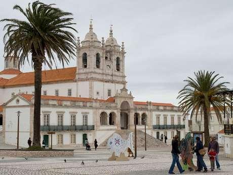 <strong>Santuário de Nossa Senhora da Nazaré:</strong> o Santuário de Nossa Senhora da Nazaré, um dos mais importantes sítios católicos da Europa, nasceu originalmente com a construção da capela conhecida como a Ermida da Memória, em 1182