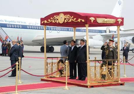 O presidente egípcio, Mohammed Mursi (dir.), recebeu Adhmadinejad em aeroporto no Cairo