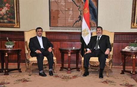 Presidente egípcio, Mohamed Mursi (D), encontra-se com presidente iraniano, Mahmoud Ahmadinejad, após chegada ao aeroporto internacional do Cairo, em foto de divulgação oficial. 05/02/2013