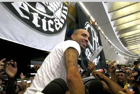 Diego Tardelli foi recebido com grande festa pela torcida do Atlético-MG
