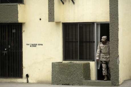 <p>Un soldado mexicano vigila el lugardonde fueron detenidas 17 personas y localizado un túnel clandestino en construcción, ubicado en la ciudad mexicana de Tijuana, fronteriza con Estado Unidos.</p>