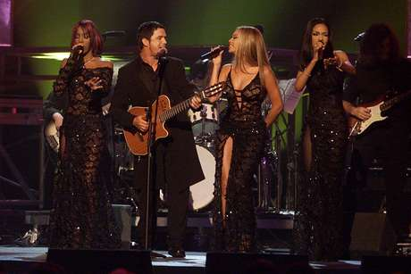 <p>Alejandro Sanz y las tres bellas chicas de Destiny's Child interpretaron juntos 'Quisiera Ser', uno de los éxitos extraídos del álbum 'El alma al aire' e incluido también en el último trabajo de Sanz, el directo 'MTV Unplugged', con el que se convirtió en el primer español en grabar un disco de esta cadena de televisión dedicada a la música.</p>