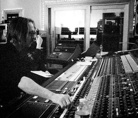 <p>Butch Vig operando a lendária mesa de som de Sound City</p>