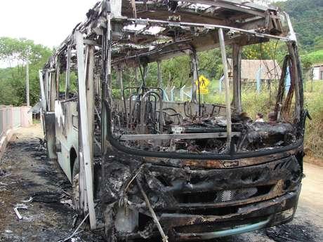 <p>Entre os ataques, um ônibus foi queimado na divisa entre os bairros Fortaleza Alta e Fidélis, em Blumenau</p>