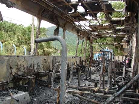 <p>Dezenas de ônibus foram incendiados desde o início da nova onda de violência em Santa Catarina</p>