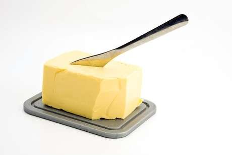 <p>Óleos vegetais e margarinas ajudam a baixar o colesterol, mas são alimentos quimicamente modificados e não devem ser incluidos no grupo deprodutos saudáveis</p>