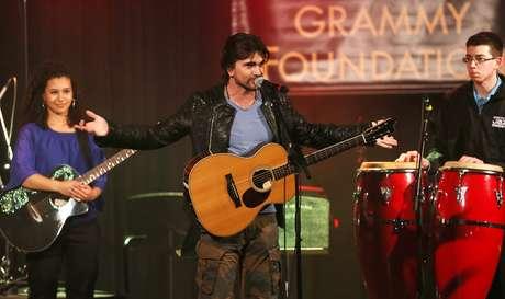 <p>Juanes, quien participó por primera vez en el programa educativo musical, tocó con estudiantes en la ceremonia a realizada en la Universidad del Sur de California.</p>