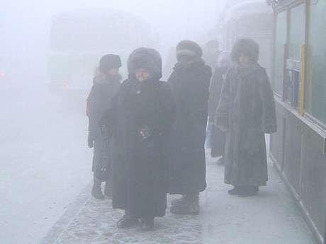 <p>1.- Yakutsk, la ciudad más fría del mundo, la capital dE la República de Sajá, la cual se localiza en la parte oriental de Siberia. Debido a su situación geográfica (a unos 450 kilómetros del círculo polar ártico) es conocida como el lugar más frío de nuestro planeta.</p>
