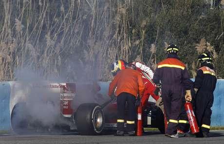 <p>El cuarto día de pruebasenJerez de la Frontera, España, comenzó con un susto para Ferrari:una falla en el motor del auto conducido porPedro de la Rosa generó un principio de incendio.</p>