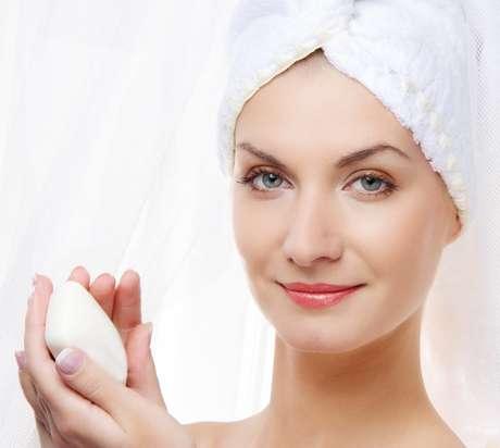<p>Ideal para manter a pele hidratada e livre de impurezas, os sabonetes de limpeza profunda devem ser específicos para cada tipo de cútis</p>