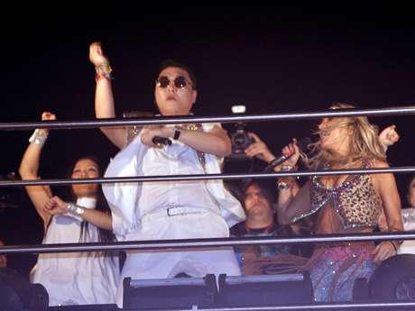 <p>Psy, Claudia Leitte e Sabrina Sato dançaram o hit do sul-coreano que virou febre em 2012</p>