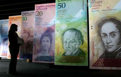 """En esta foto de archivo del 24 de octubre de 2007, una mujer contempla imágenes infladas de la nueva moneda venezolana, el """"bolívar fuerte"""", en Caracas."""