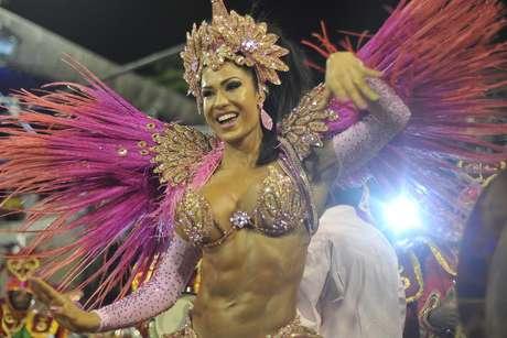 <p>Gracyanne Barbosa desfila pela Unidos do Jacarezinho, que teve pouco público na Marquês do Sapucaí</p>