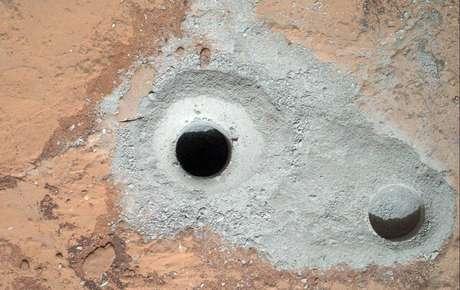 <p>Esta imagen difundida por la NASA el sábado 9 de febrero de 2013 muestra un agujero recién perforado, al centro, efectuado por la sonda Curiosity en Marte el viernes 8 de febrero junto a otro agujero realizado anteriormente.</p>