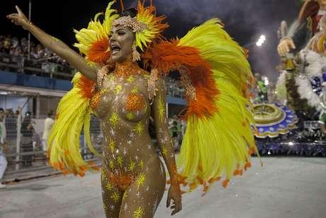 <p>La multitud reunida este sábado era una mezcla típica del carnaval de Río: una cuota de superhéroes, chicas en atuendo de conejitas, zombies y princesas, un grupo de bailarines de hula con el pecho descubierto.<br /></p>