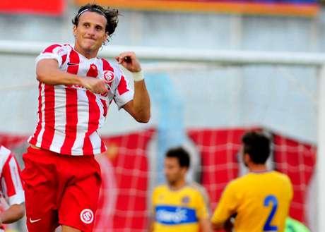 <p>Em boa fase, Forlán conseguiu fazer gols no treino</p>