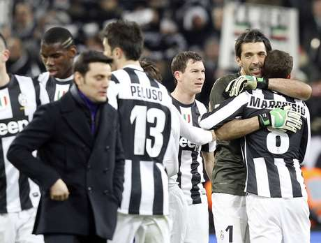 <p>Juventus goalkeeper Gianluigi Buffon (2nd R) celebrates with his teammate Claudio Marchisio as Fiorentina coach Vincenzo Montella walks off.</p>