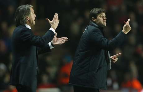 <p>Southampton's Manager Mauricio Pochettino (R) and Manchester City's Manager Roberto Mancini react.</p>