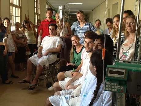 Imagem publicada na sexta-feira na rede social mostra o encontro dos sobreviventes no hospital de Santa Maria