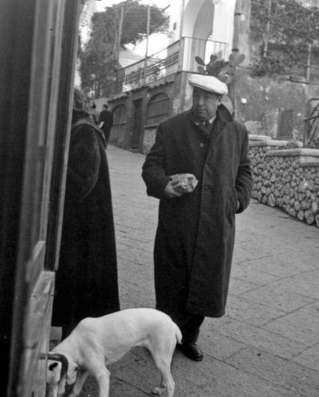 <p>Neruda, de militancia comunista, falleció el 23 de septiembre de 1973, 12 días después del golpe militar que derrocó al presidente socialista Salvador Allende.</p>