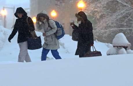 <p>Una fuerte tormenta acompañada de fuertes caídas de nieve e intensos vientos azotaba este sábado por segundo día consecutivo el noreste de Estados Unidos, provocando la muerte de al menos dos personas, la paralización del transporte y cortes de energía que afectan a 650.000 hogares.</p>