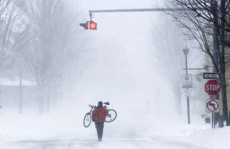 <p>El noreste de Estados Unidos volvía lentamente a la actividad este sábado, tras una feroz tormenta con fuertes nevadas e intensos vientos que provocó la muerte de al menos 10 personas, la paralización del transporte y cortes de energía en medio millón de hogares.</p>
