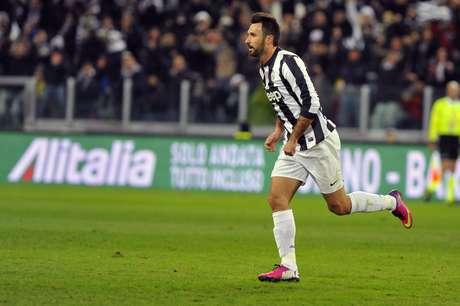 <p>Vucinic arriscou de fora da área e fez belo gol</p>
