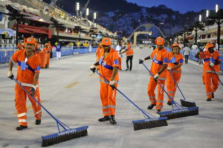 <p>Garis limpam a Sapuca&iacute; antes da abertura dos desfiles do Carnaval 2013</p>