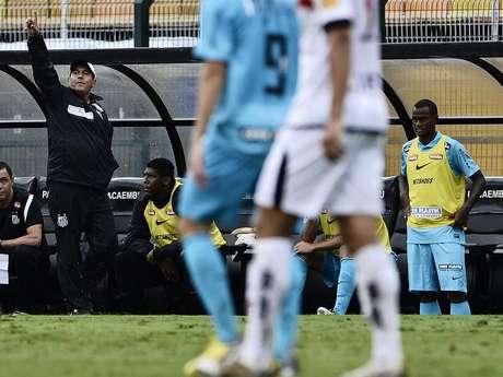 <p>Muricy fez alterações para o Santos ficar mais ofensivo, mas o time acabou sofrendo mais dois gols</p>