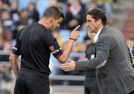 El árbitro Gil Manzano (i) advierte al entrenador del Real Zaragoza, Manuel Jiménez (d), durante el encuentro de Liga jugado hoy en el estadio de La Romareda contra la Real Sociedad.
