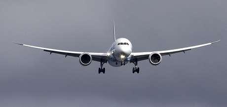 Un avión 787 de Boeing aterriza el jueves 7 de febrero de 2013, en el aeropuerto Paine Field en Everett, Washington, en un viaje de reubicación desde Texas. El sábado 9 de febrero, Boeing sometió a un avión 787 a un vuelo de prueba el sábado, el primero desde que a la nueva aeronave se le prohibió volar hace tres semanas por el incendio de una batería.