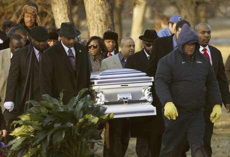 Los restos de Hadiya Pendleton son llevados el sábado 9 de febrero de 2013 al cementerio Cedar Park en el suburbio de Calumet Park en el estado de Illinois. Pendleton, que tenía 15 años, fue muerta el 29 de enero cuando junto con amigos se cubría de la lluvia en un parque y un hombre les disparó. El homicidio incidió en el debate sobre la violencia de las armas en Estados Unidos.