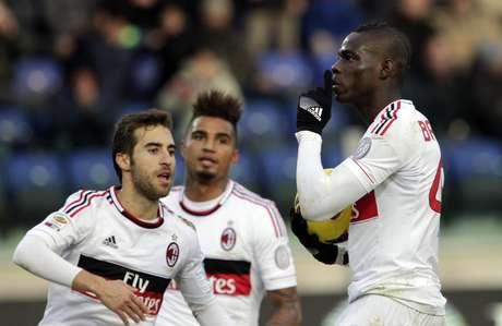Balotelli pede silêncio à torcida do Cagliari depois de empatar pelo Milan