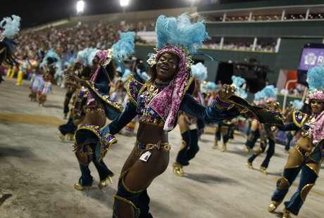 <p>El inicio y el fin se pierden de vista en el mar de gente: creativos disfraces, gigantescas sonrisas y mucha bebida se mezclan en el tradicional 'bloco' de Bola Preta, la mayor fiesta del carnaval callejero de Rio, que este sábado reunió a 1,8 millones de personas.</p>