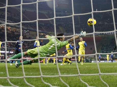 <p>Puggioni se estica, mas não evita gol de Milito</p>