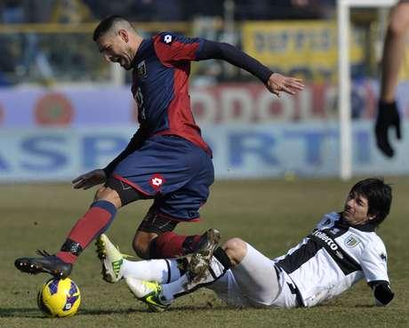 <p>Marco Borriello (à esquerda) não conseguiu levar o Genoa à vitória diante do Parma deJaime Valdes (à direita)</p>