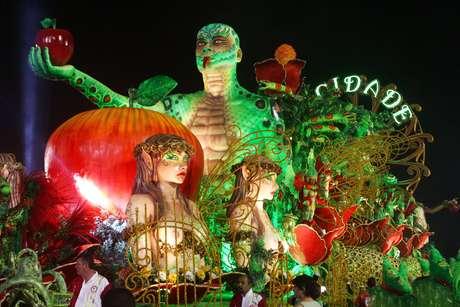 <p>Atual campeã do Carnaval paulistano, a Mocidade Alegre entrou na avenida por volta das 01h15 deste domingo, sendo a terceira escola a desfilar no Anhembi</p>