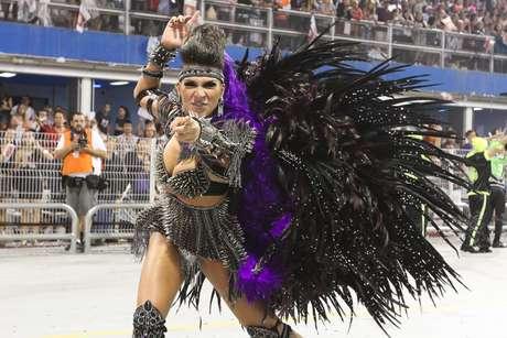 <p>Aline Oliveira afirmou que o fato de ser uma rainha da comunidade ajuda em seu desempenho</p>