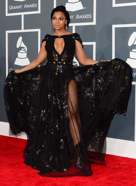 A cantora Ashanti escolheu uma peça preta com decote, fendas e transparências