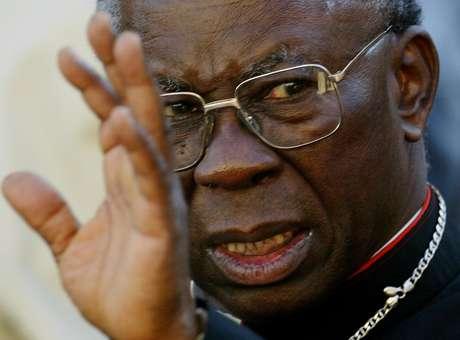 """<p>O cardeal nigeriano Francis Arinze, 80 anos, éprefeito regional emérito da Congregação para o Culto Divino e a Disciplina dos Sacramentos. Também visto como um conservador em assuntos como a homossexualidade, Arinze já entrou nas apostas dos """"papáveis"""" no Conclave de 2005, quando Bento XVI foi escolhido como papa. O clérigo nigeriano, que se converteu ao catolicismo aos nove anos, se formou doutor em Teologia em Roma, foi ordenado sacerdote em 1958 e bispo em 1965, sendo que, em 1985, João Paulo II lhe designou como cardeal.</p>"""