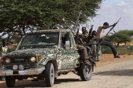 Fighters from the moderate Ahlu Sunna forces arrive at a road checkpoint outside Mareergur town, 30 km (19 miles) to the north of Dhusamareeb, in central Somalia December 17, 2012.