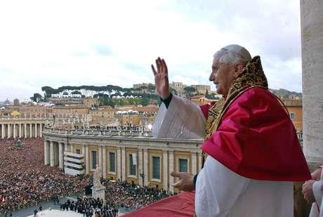 Bento XVI saúda católicos pela primeira vez como Papa após Conclave, em 19 de abril de 2005