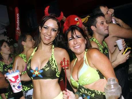 <p>Famoso por levar belas mulheres às ruas, Asa de Águia voltou ao circuito Barra-Ondina nesta terça-feira (12) para comandar o bloco Me Abraça no Carnaval de Salvador</p>